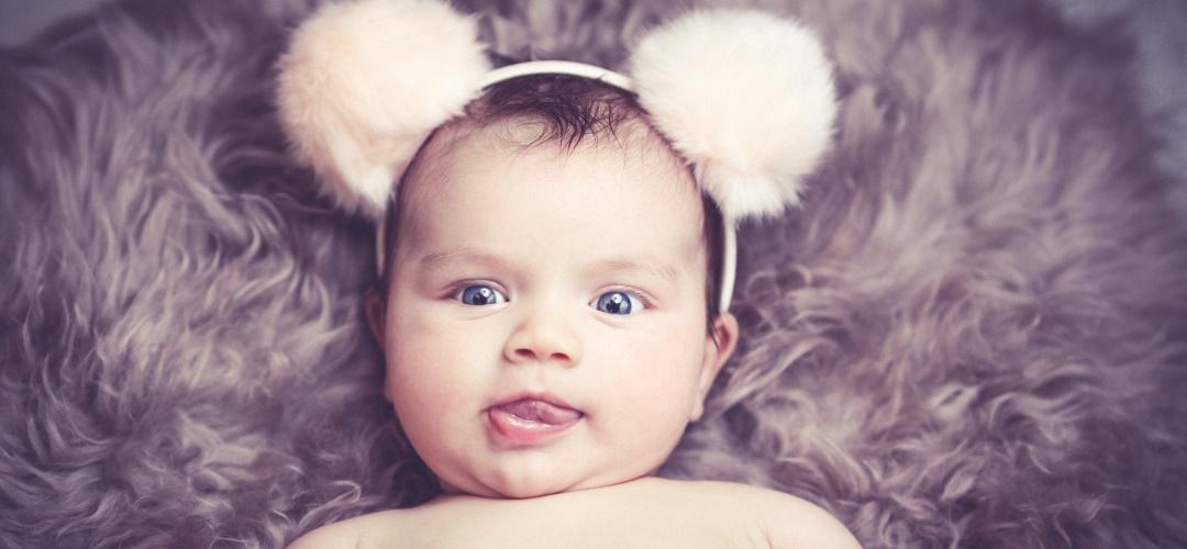 7 Dinge, die Babys und Katzen gemeinsam haben