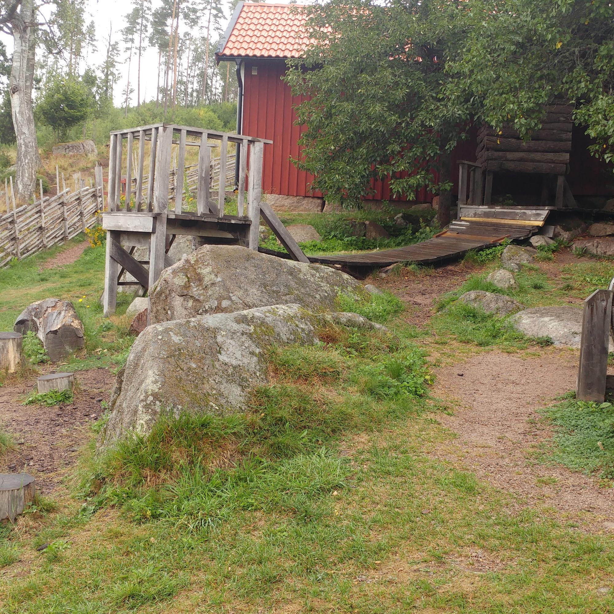 Einen tollen, naturbelassenen Spielplatz gab es auch auf Katthult, (c) Krümel Blog